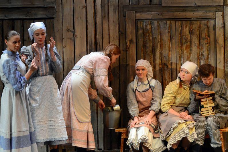 Семья у молочника Тевье большая – красавица жена и пять дочерей, старшие из которых уже невесты.