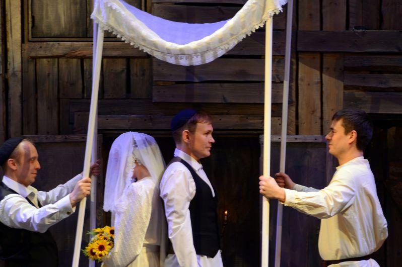 Зрители смогли увидеть еврейскую свадьбу.
