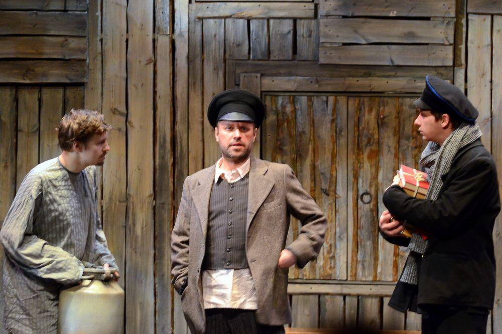 Молочник Тевье (в центре) мечтает выдать дочерей за богатых мужчин.