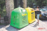В районе Тёплый Стан жители некоторых домов уже несколько лет сортируют мусор раздельно. Такие контейнеры установлены вблизи жилых массивов, магазинов, а также около парков и скверов.
