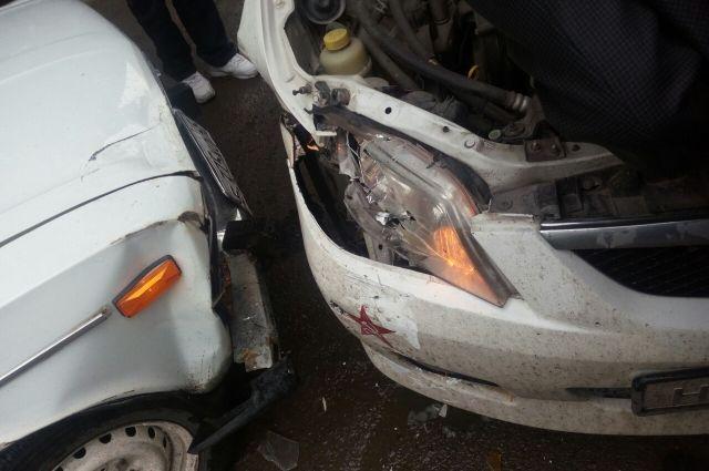Тюменец разбил четыре машины, а его пассажир ходил по улице с топором