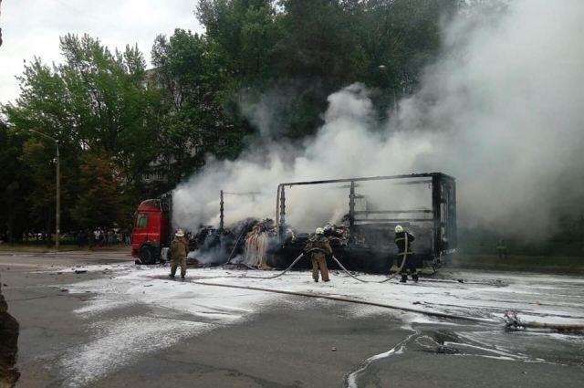 «Слышались взрывы»: В Запорожье во время движения загорелся грузовик