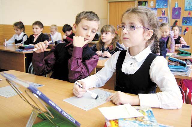 По прогнозам Минобра, сокращение ставки директора и его замов после реорганизации школы позволяет увеличить зарплату педагогов в среднем на 5 тыс. руб.