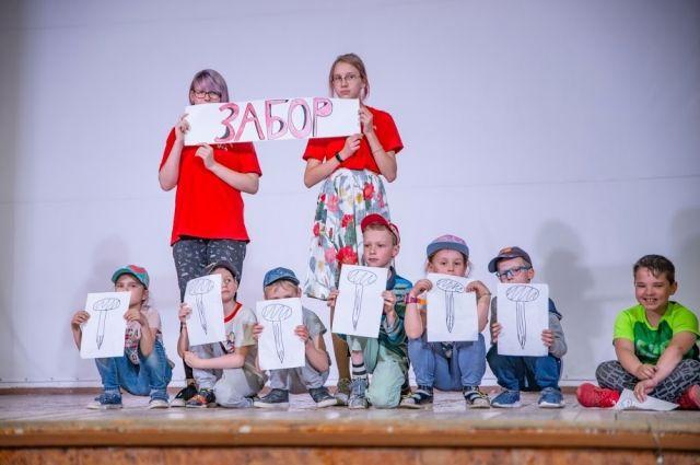 Волонтёры, вожатые и родители помогли юным чтецам инсценировать и сыграть на школьных подмостках прочитанные притчи.