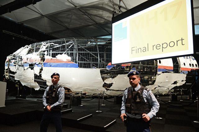 Собранные фрагменты фюзеляжа Boeing на военной базе Гилзе-Рейен в Нидерландах.