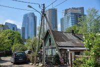 Контрасты Вильнюса: деревянный частный дом на фоне небоскребов в деловом районе.