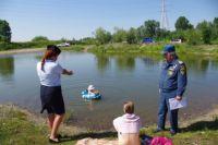 Оставлять без присмотра ребёнка в воде, особенно на надувной игрушке, нельзя даже на минуту.