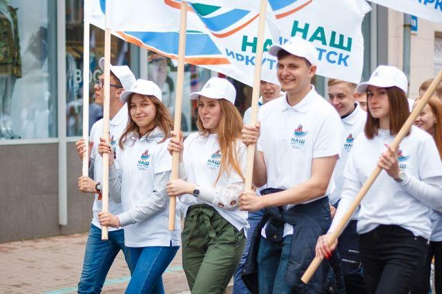 Добровольцы движения «Наш Иркутск» помогали с проведением праздничного шествия в День города.