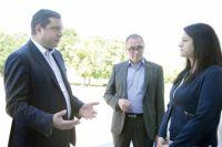 Слева направо: губернатор, глава города и директор кинотеатра «Современник» обсуждают идеи по его развитию.
