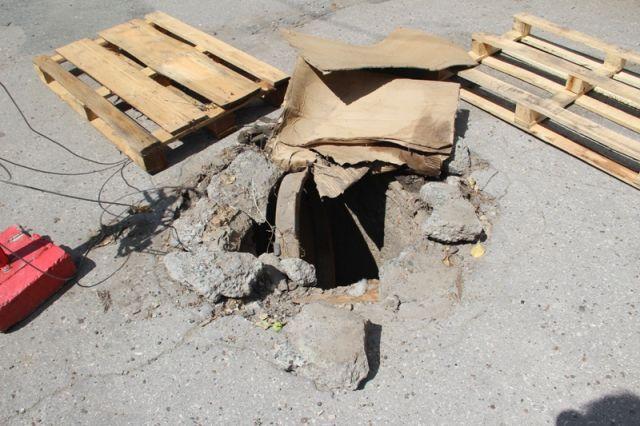 На улице Робеспьера разрушается канализационный колодец, и никому до этого дела нет.