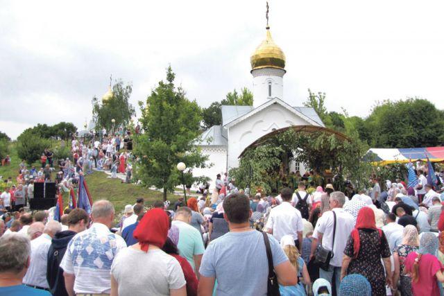 Божественную литургию отслужили у входа в пещерный Свято-Троицкий храм.
