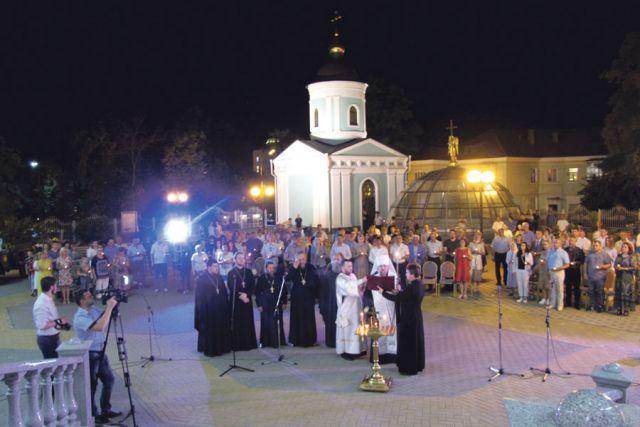 О погибших на войне молились с зажжёнными свечами.