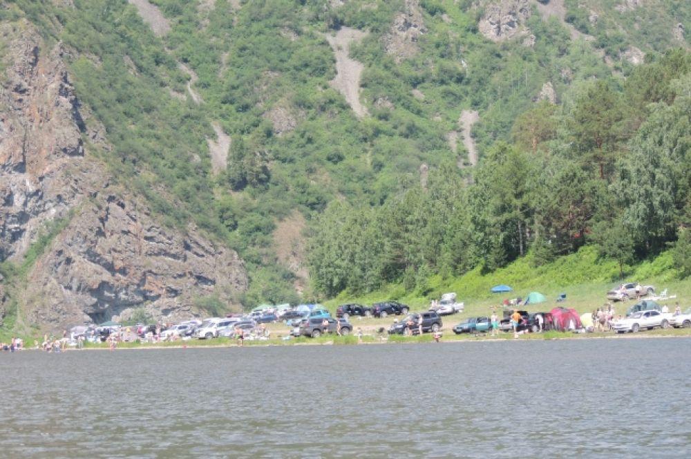 Чем ближе к финишу, тем больше отдыхающих на берегу.