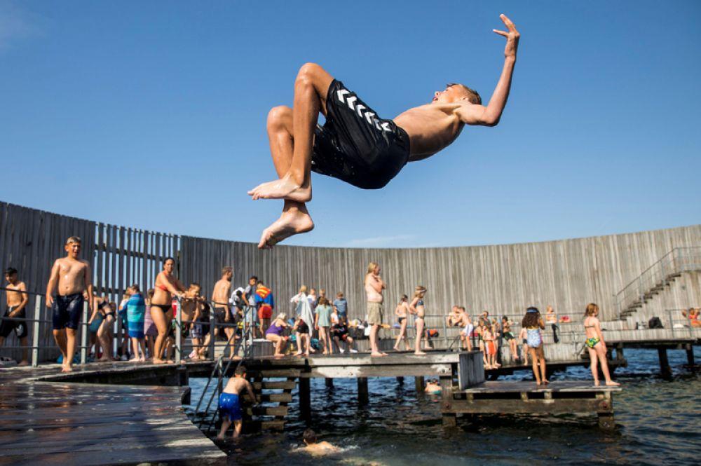 Мальчик в общественном бассейне в Копенгагене.