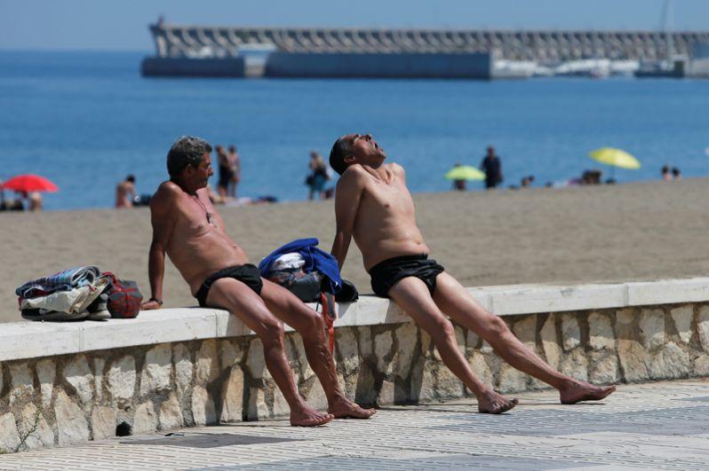 Мужчины на пляже в испанской Малаге.