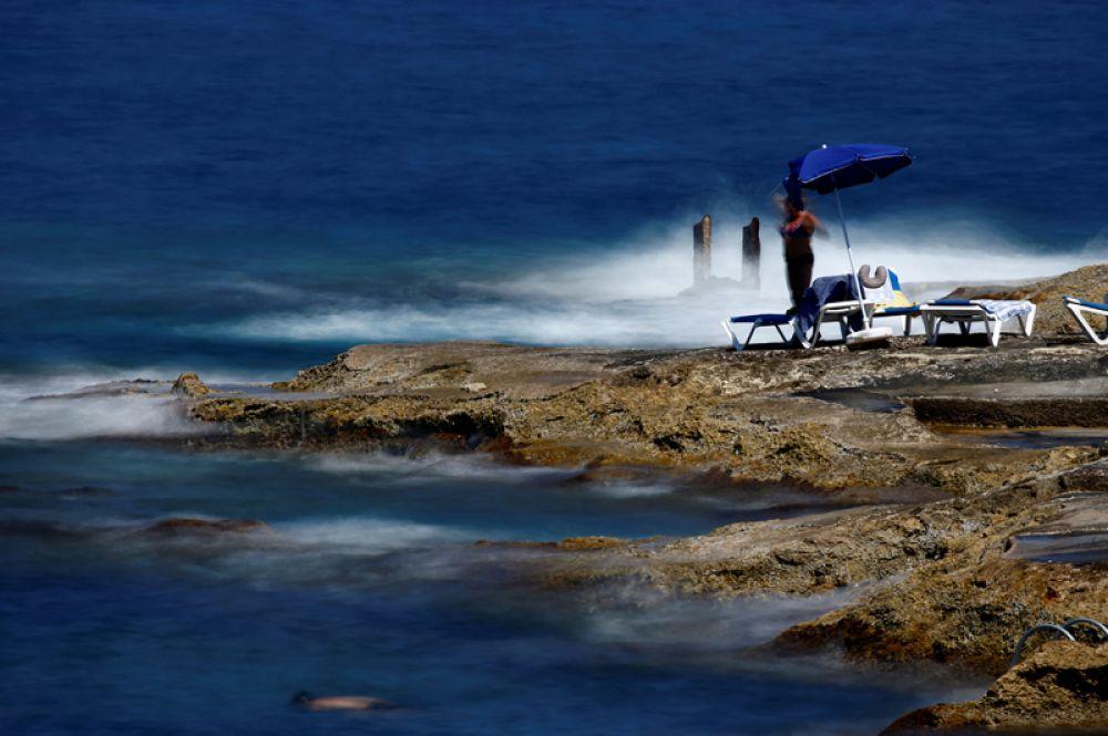 Отдыхающие на одном из пляжей Мальты.