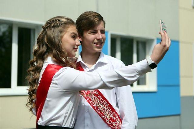 Вчерашние школьники уже получили результаты ЕГЭ и теперь готовятся к поступлению в вузы.