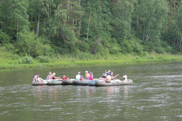 В тёплые выходные на реке аншлаг.
