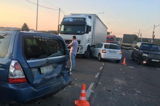 Масштабное ДТП подо Львовом: столкнулись семь авто, есть пострадавший