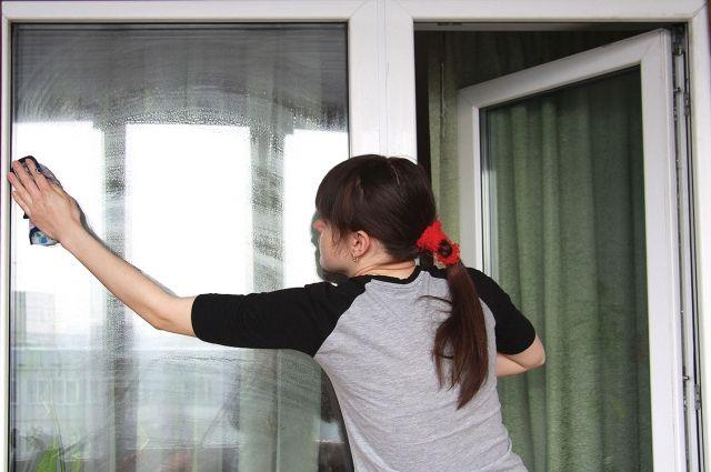 17-летняя оренбурженка  упала с высоты во время мытья окон