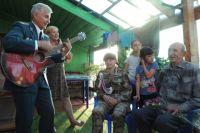 Подполковник ФСБ в отставке Вадим Черкас устраивал концерты для ветеранов прямо у них дома.