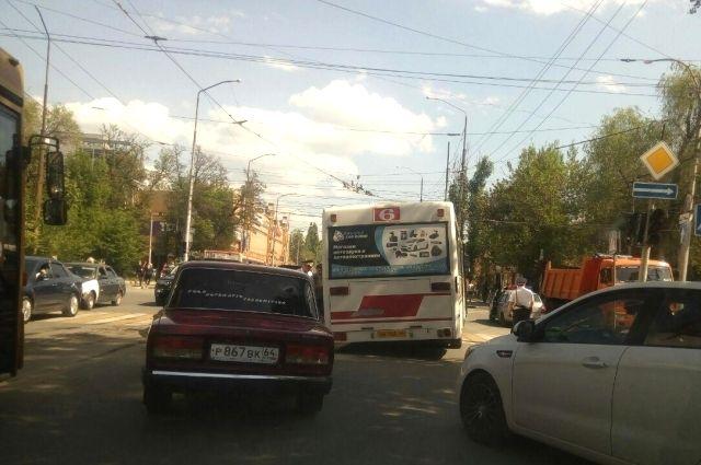Автобус с пассажирами протаранило такси.