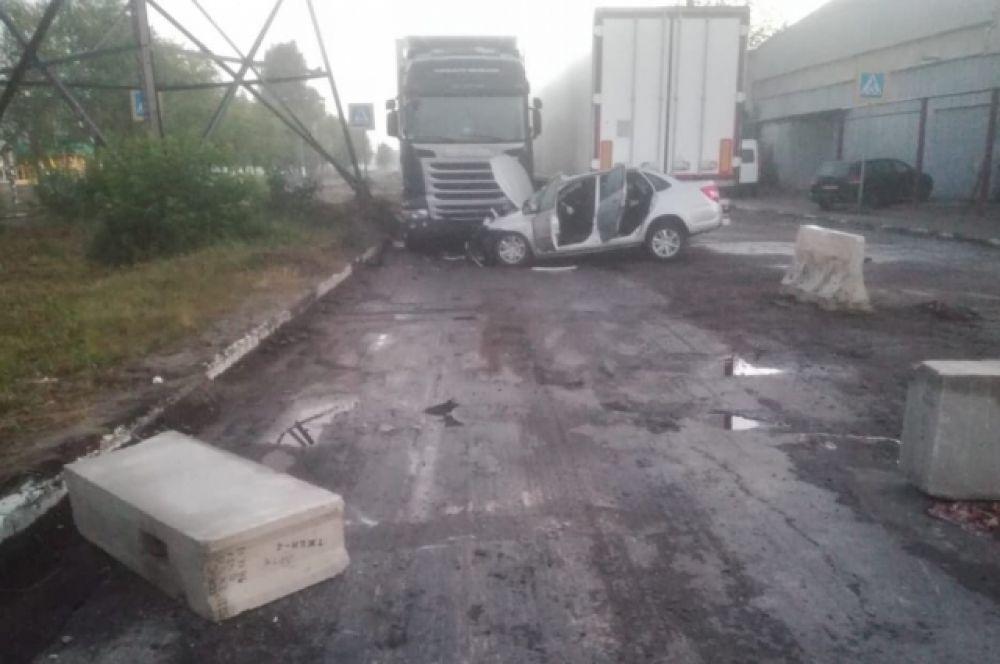 В Твери легковушка врезалась в стоящий грузовик, пострадали пять человек.