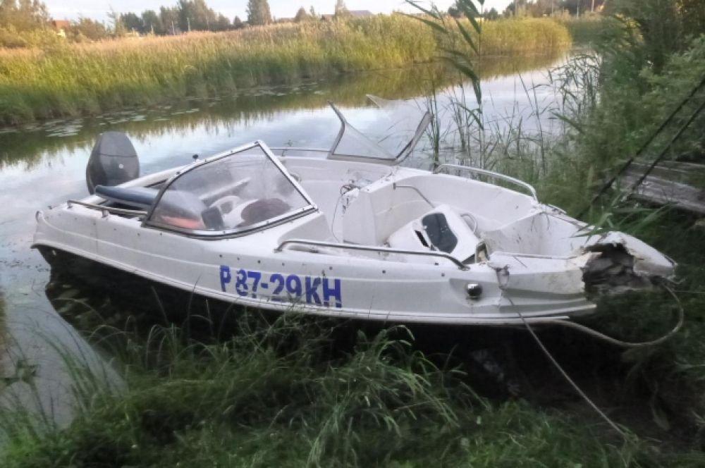 В Тверской области лодка врезалась в дерево, пострадали восемь человек.