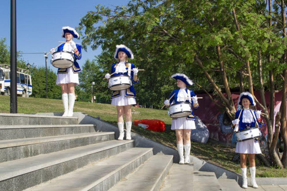 Обстановка праздника была одновременно расслабляющая и торжественная: выпускников встречали барабанщицы в красивых нарядах. Многие ребята с удовольствием фотографировались с миловидными девушками.