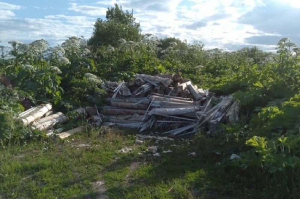 Жители района вблизи деревни Юренево обнаружили свалку люминесцентных ламп.