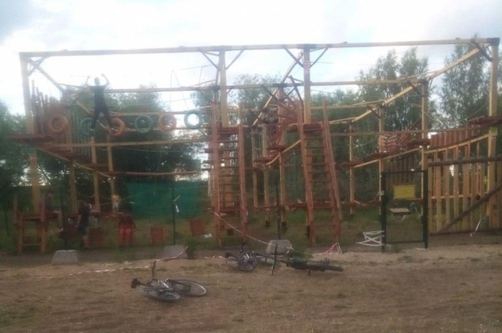 В верёвочном парке в Твери дети проходят опасные препятствия без контроля.