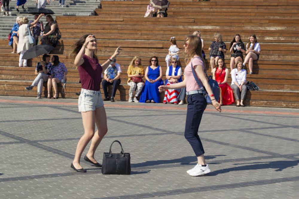 Многие выпускницы решили не выгуливать вечерние платье, а отдали предпочтение легким повседневным нарядам. Учитывая то, что на улице господствовала почти 30-градусная жара, это решение было правильным. К тому же, кежуал-стиль позволил девушкам свободно и раскованно танцевать, полностью отдаваясь моменту.