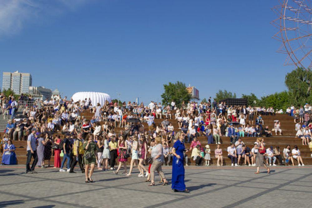 Танцуют все! На Михайловской набережной отжигали все от мала до велика – выпускники, родители, учителя. Некоторые взрослые даже дали фору молодым.