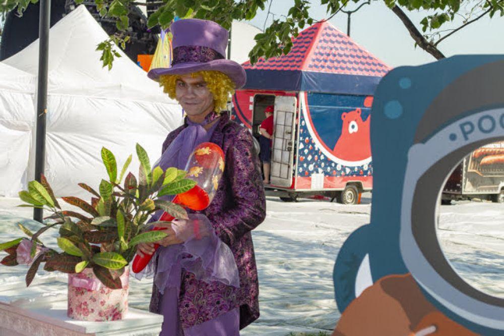 ... Или с безумным шляпником в стиле Алисы в стране чудес. Михайловская набережная на день превратилась в большую фотозону.