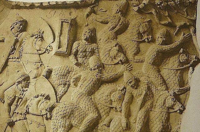 На знаменитой колонне Трояна сарматы изображены в кольчугах, так же, как и лошади, на которых они отправляли в побег.