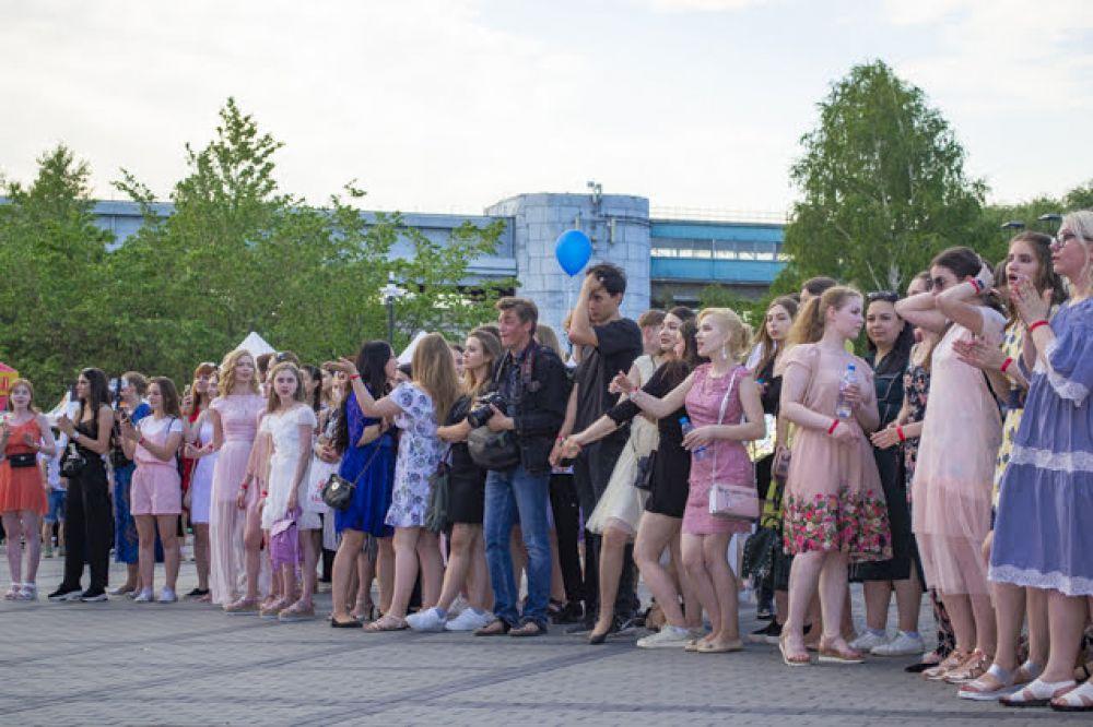 В этом сезоне розовый в тренде, и многие выпускницы выбрали этот цвет для своих выпускных нарядов. Мило, ненавязчиво и очень нежно.