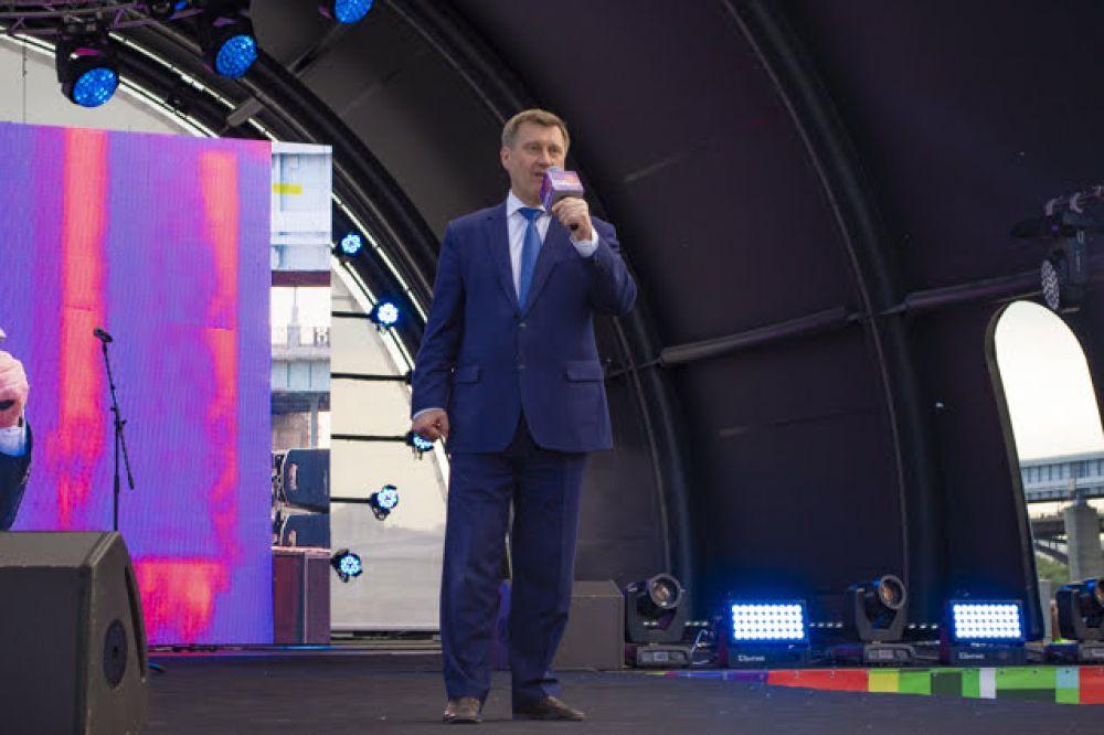 Мэр Новосибирска Анатолий Локоть поздравил выпускников с окончанием школьного периода и с наступлением нового, очень ответственного, сложного, но интересного жизненного этапа. Он пожелал ребятам никогда не забывать город, в котором прошло их детство и беззаботные школьные годы.