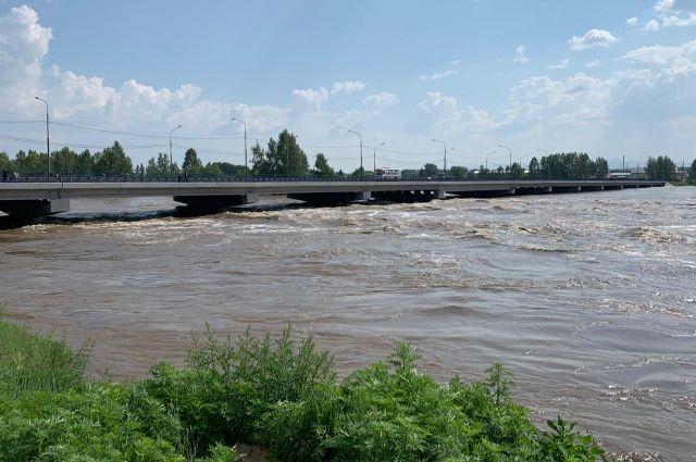 Бурные потоки «размывают» даже мосты.