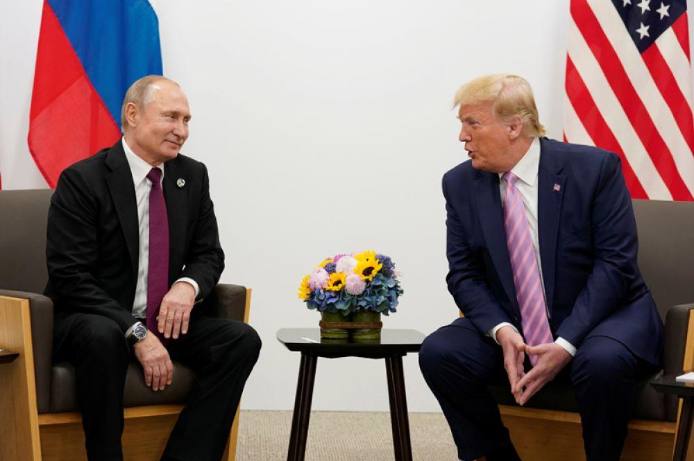 Владимир Путин и Дональд Трамп во время встречи.