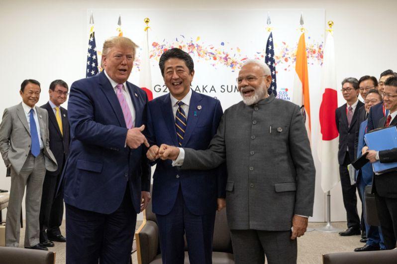 Президент США Дональд Трамп перед трехсторонней встречей с премьер-министром Японии Синдзо Абэ и премьер-министром Индии Нарендрой Моди.