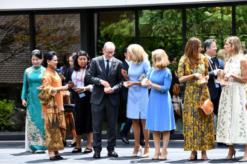 Партнеры участников саммита G20, в том числе супруг премьер-министра Великобритании Терезы Мэй Филипп Мэй и супруга президента Франции Эммануэля Макрона Бриджит Макрон.