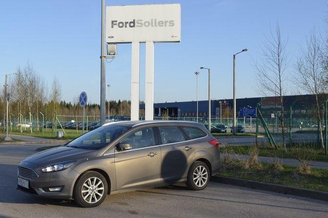 Ford Focus 3 на фоне сборочного завода и склада готовой продукции во Всеволожске.