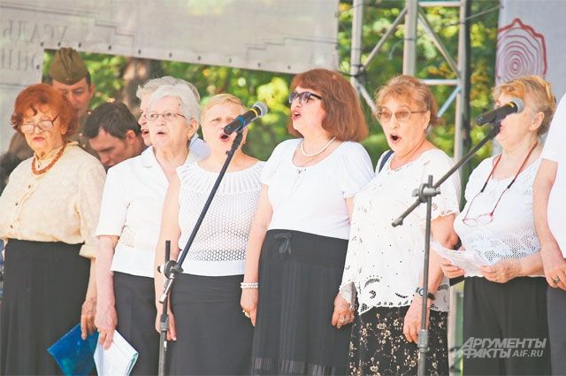 Участники хора «Надежда» исполняют песни военных лет. Справа– Рафаил Исланов.