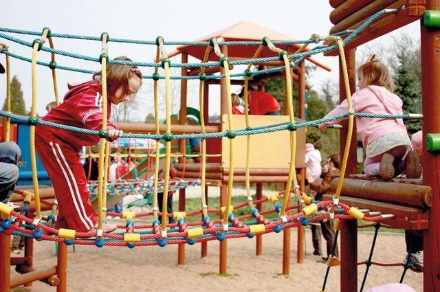 Некоторые новые детские площадки в областном центре уже требуют ремонта.