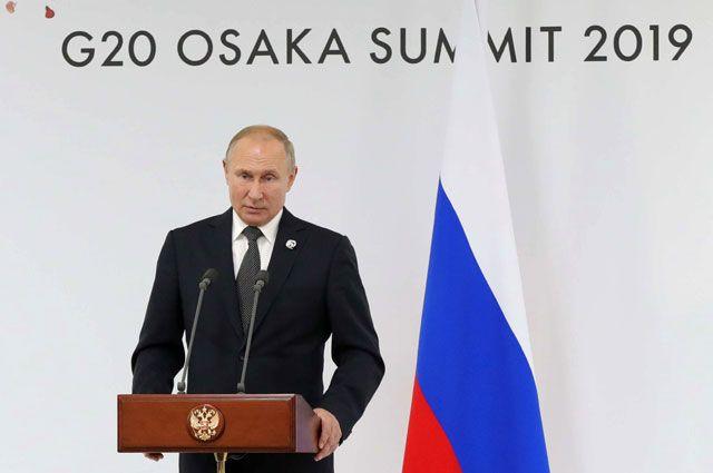 Президент РФВладимир Путин напресс-конференции поитогам саммита «Группы двадцати» вмеждународном выставочном центре INTEX Osaka.