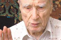 Василий Степанович Глотов читает  автобиографию в стихах в своей квартире.