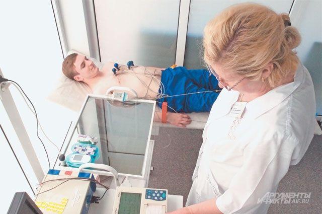 Посетитель в павильоне «Здоровая Москва» на обследовании сердечно-сосудистой системы.