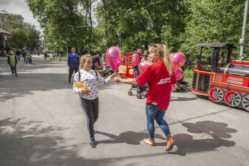 """Какой праздник без шариков? Сотрудники редакции раздали яркие шары от шоколадной фабрики """"Новосибирской"""" детям и взрослым - всем тем, кто пришел в парк Кирова за сумасшедшим настроением."""