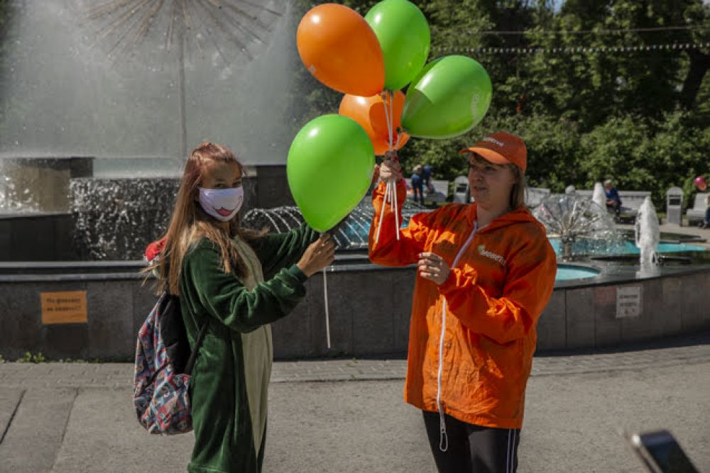 """Наш партнер, магазин """"Монеточка"""", тоже порадовал гостей праздника разноцветными шариками. И подарками, разумеется!"""