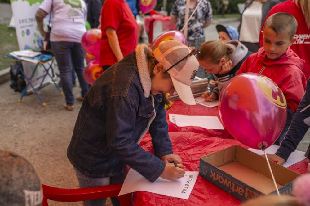 """Наши партнеры - шоколадная фабрика """"Новосибирская"""" - предложили ребятам нарисовать медвежонка, который является символом бренда. Дети старались, и эти старания были вознаграждены: каждый участник творческого конкурса получил в подарок коробку вкусных шоколадных конфет."""